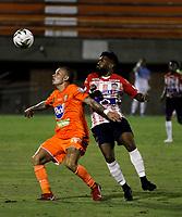 ENVIGADO - COLOMBIA, 26-09-2020: Yadir Maneses de Envigado F. C. y Luis Gonzalez de Atletico Junior disputan el balón, durante partido entre Envigado F. C. y Atletico Junior  de la fecha 10 por la Liga BetPlay DIMAYOR I 2020, en el estadio Polideportivo Sur de la ciudad de Envigado. / Yadir Maneses of Envigado F. C. and Luis Gonzalez of Atletico Junior fight for the ball, during a match between Envigado F. C. and Atletico Junior of 10th date for the BetPlay DIMAYOR Leguaje I 2020 at the Polideportivo Sur stadium in Envigado city. Photo: VizzorImage / Juan Augusto Cardona / Cont.