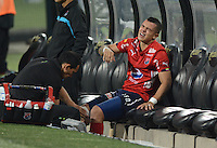 MEDELLIN-COLOMBIA, 24-08-2016. Leonardo Castro jugador del Deportivo Independiente Medellin de Colombiaen es atendido después de  salir lesionado durante el encuentro con Sportivo Luqueño del Paraguay por la segunda fase-ida de La Copa Sudamericana  disputado en el estadio Atanasio Girardot./ Leonardo Castro player of Independiente Medellin is helped after leaving the field injured during match against Sportivo Luqueno of Paraguay  for Sudamericana Cup 2016 played at Atanasio Girardot stadium . Photo:VizzorImage / León Monsalve / Contribuidor
