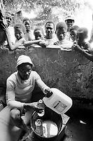 - distribution of humanitarian helps in Inhaminga village, province of Sofala, previously under ttari nel vilhe control of RENAMO guerrilla....- distribuzione di aiuti umanitari nel villaggio di Inhaminga, in provincia di Sofala, a suo tempo sotto il controllo dei guerriglieri della RENAMO