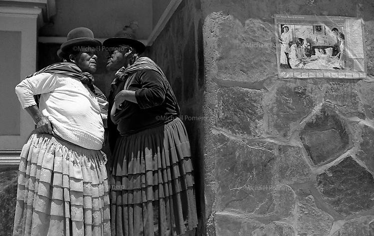 02.2010  Coroico (Bolivia)<br /> <br /> Femmes en train de discuter pendant le Carnaval a Coroico.<br /> <br /> Women during the carnival in Coroico.