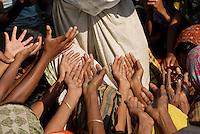 BANGLADESH District Bagerhat , cyclone Sidr and high tide destroy villages in Southkhali at river Balaswar , distribution of relief goods / BANGLADESCH, der Wirbelsturm Zyklon Sidr und eine Sturmflut zerstoeren Doerfer im Kuestengebiet von South Khali , Verteilung von Hilfsguetern aus Saudi-Arabien