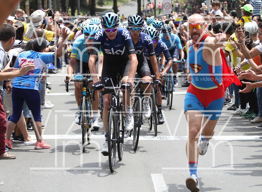 MEDELLIN - COLOMBIA, 17-02-2019: Un aficionado disfrazado de Supermán alienta al grupo de ciclistas encabezado por Chris Froome  durante la sexta etapa del Tour Colombia 2.1 2019 con un recorrido de 173.8 Km, que se corrió con salida en El Retiro  y llegada en Las Palmas, Antioquia. / A cycling fan disguised as Superman encourages the group of cyclists led by Chris Froome during the sixth stage of 173.8 km of Tour Colombia 2.1 2019 that ran in El Retiro with start and arrival in Las Palmas, Antioquia.  Photo: VizzorImage / Anderson Bonilla / Cont