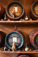 Europe/Autriche/Niederösterreich/Vienne: Marché Naschmarkt - Tonnelets de vinaigres de fruits de la société Gegenbauer