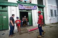 Recife (0E), 01/05/2021 - Alimentação-Recife - A Campanha Mãos Solidárias realiza uma intervenção política na ponte Maurício de Nassau, sucedida por mais uma ação de doações de alimentos da Reforma Agrária, cestas básicas e cerca de 500 marmitas solidárias, neste sábado (01) em Recife.