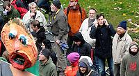 """Nazi Aufmarsch / Demo in Leipzig Ost - Leipziger verhindert den Zug durch die Stadt mit Blockade am S-Bahnhof Sellerhausen - unter dem Motto """"Leipzig nimmt Platz"""" nahmen Hunderte Leipziger an der bunten Gegenveranstaltung teil - sie schafften es den Start des Aufmarsches solange zu verhindern bis die Polizei die Kundgebung für beendet erklärte - in diesem Moment (ca. 16:40) eskalierte die Situation auf Seiten der Sympathiesanten der rechten Szene - Steine und Flaschen flogen - die Polizei bekam die Situation rasch wieder unter Kontrolle - im Bild:  Ordnungsbürgermeister Heiko Rosenthal ist per telefon über die Lage informiert - neben ihm Volker Külow (Chef die Linke in Leipzig) Foto: Norman Rembarz..Norman Rembarz , ASV-Autorennummer 41043728 , Holbeinstr. 14, 04229 Leipzig, Tel.: 01794887569, Hypovereinsbank: BLZ: 86020086, KN: 357889472, St.Nr.: 231/261/06432 - Jegliche kommerzielle Nutzung ist honorar- und mehrwertsteuerpflichtig! Persönlichkeitsrechte sind zu wahren. Es wird keine Haftung übernommen bei Verletzung von Rechten Dritter. Autoren-Nennung gem. §13 UrhGes. wird verlangt. Weitergabe an Dritte nur nach  vorheriger Absprache.."""