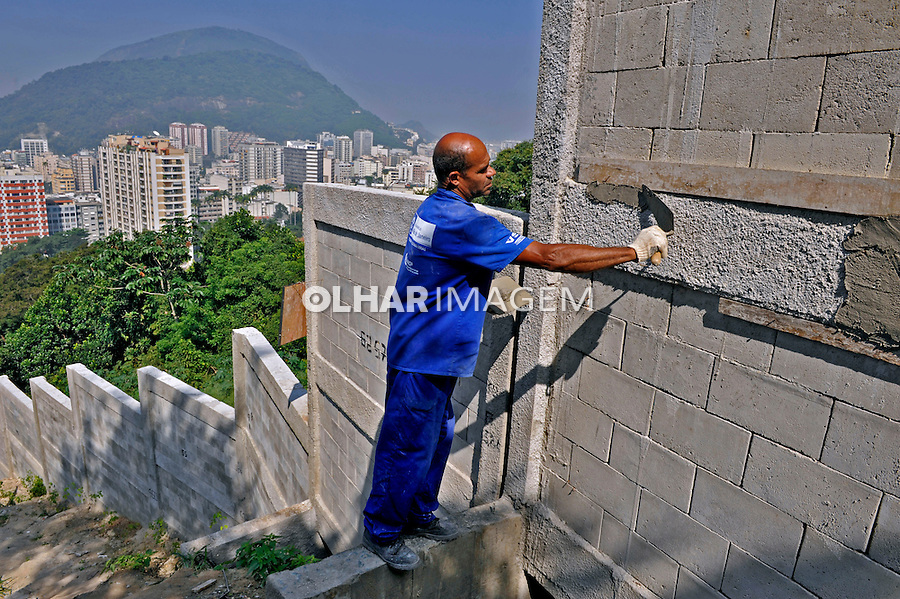 Construção de muro de contenção, favela no Morro Dona Marta. Rio de Janeiro. 2009. Foto de Luciana Whitaker.