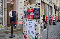 """PCR-Test vor Clubbesuch in Berlin.<br /> Am Wochenende vom 6. bis 8. August findet in Berlin das Pilotprojekt """"Clubculture Reboot"""" fuer eine moegliche Wiedereroeffnung der Clubs in der Hauptstadt statt. In einem von der Charite begleiteten Versuch duerfen an dem Wochenende bis zu 2000 Menschen in acht teilnehmenden Clubs ohne Maske und die ueblichen Coronaregeln feiern und tanzen. Eintrittskarten dafuer konnten nur personalisiert erworben werden und die Partygaeste mussten zuvor einen PCR-Test gemacht haben und zu weiteren Nachtestungen bereit sein.<br /> Das Projekt unter wissenschaftlicher Begleitung der Charité soll laut Senatskulturverwaltung aufzeigen, ob und wie Tanzveranstaltungen in Clubs """"auch unter pandemischen Bedingungen in Zukunft sicher moeglich sein koennen"""".<br /> Im Bild: Partygaeste warten am Freitagnachmittag vor dem Berliner Club auf ihren PCR-Test, um am Samstagabend an einer 80er-Jahre Party """"Dancing with Tears in your Eyes"""" teilzunehmen.<br /> 6.8.2021, Berlin<br /> Copyright: Christian-Ditsch.de"""