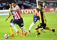BARRANQUIILLA - COLOMBIA, 15-02-2018: Marlon Piedrahita (#20) del Atlético Junior de Colombia disputa el balón con Gabriel Esparza (#6) jugador de Guaraní de Paraguay durante partido de ida por la tercera fase, llave 4, de la Copa CONMEBOL Libertadores 2018  jugado en el estadio Metropolitano Roberto Meléndez de la ciudad de Barranquilla. / Marlon Piedrahita (#20) player of Atlético Junior of Colombia struggles the ball with Gabriel Esparza (#6) player of Guarani of Paraguay during first leg match for the third phase, key 4, of the Copa CONMEBOL Libertadores 2018 played at Metropolitano Roberto Melendez stadium in Barranquilla city.  Photo: VizzorImage/ Alfonso Cervantes / Cont