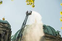 Die Berliner Feuerwehr uebt am Mittwoch den 26. Juni 2019 einen Loescheinsatz am Berliner Dom um das taktische Vorgehen im Einsatz zur Menschenrettung und Brandbekaempfung, aber auch Prozesse zum vorbeugenden Brandschutz sowie zur Planung und Beschaffung fortlaufend optimieren zu koennen.<br /> 26.6.2019, Berlin<br /> Copyright: Christian-Ditsch.de<br /> [Inhaltsveraendernde Manipulation des Fotos nur nach ausdruecklicher Genehmigung des Fotografen. Vereinbarungen ueber Abtretung von Persoenlichkeitsrechten/Model Release der abgebildeten Person/Personen liegen nicht vor. NO MODEL RELEASE! Nur fuer Redaktionelle Zwecke. Don't publish without copyright Christian-Ditsch.de, Veroeffentlichung nur mit Fotografennennung, sowie gegen Honorar, MwSt. und Beleg. Konto: I N G - D i B a, IBAN DE58500105175400192269, BIC INGDDEFFXXX, Kontakt: post@christian-ditsch.de<br /> Bei der Bearbeitung der Dateiinformationen darf die Urheberkennzeichnung in den EXIF- und  IPTC-Daten nicht entfernt werden, diese sind in digitalen Medien nach §95c UrhG rechtlich geschuetzt. Der Urhebervermerk wird gemaess §13 UrhG verlangt.]