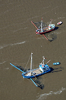 Elbfischer: EUROPA, DEUTSCHLAND, HAMBURG, NIEDERSACHSEN, SCHLESWIG HOLSTEIN(EUROPE, GERMANY), 08.07.2012: Elbfischer bei Hamburg, Niedersachsen, Schleswig-Holstein,  Elbe, Oste,  Kutter, Fisch, Netz, Boot, liegt vor Anker und faengt Fische, ansichten, at the Elbe river, auf fischfang, beruf, boat, boats, boot, boote, elbe, elbe river, elbfischer, elbgewaesser, fang, fangnetz, fangnetze, fische, fischen, fischer, fischerboot, fischernetz, fischernetze, fischfang, fish, fisher, fisherman, fishing boat, flew, flue, gewaesser, hafen, harbor, in der elbe, landscape, netz, netze, orte, port, river, schiff, schiffahrt, schiffe, schifffahrt, schleswig holstein, ship, selten, letzter der Zunft, Ausgestorben, Umweltverschmutzung, rahr, Wasserverschmutzung, Lebensmittel, ships, Air, Luftbild, Elbvertiefung