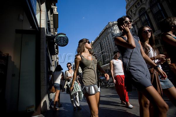 Europe, Spain, Madrid, women walking in Gran Via<br /> <br /> <br /> <br /> (Bildtechnik: sRGB, <br /> <br /> 47.53 MByte vorhanden)