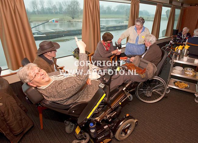Arnhem, 280211<br /> De Zonnebloem vertrekt weer vanaf de Rijnkade voor een week naar Duitsland. <br /> Foto: Sjef Prins - APA Foto