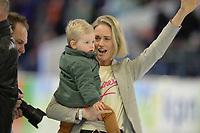 SCHAATSEN: HEERENVEEN: 07-03-2020, IJsstadion Thialf, ISU World Cup Final, Afscheid Douwe de Vries, vrouw Yanna en zoontje Melle, ©foto Martin de Jong