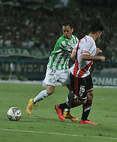MEDELLIN- COLOMBIA – 03-12-2014: Alejandro Bernal (Izq.) jugador de Atletico Nacional de Colombia de disputa el balon con Ariel Rojas (Der.) jugador de River Plate de Argentina durante partido de ida de la final de la Copa Total Suramericana entre Atletico Nacional de Colombia y River Plate de Argentina en el estadio Atanasio Girardot de la ciudad de Medellin.  / Alejandro Bernal (L) player of Atletico Nacional de Colombia vies for the ball with Ariel Rojas (R) player of River Plate of Argentina during a match for the first leg of the final between Atletico Nacional of Colombia and River Plate of Argentina of the Copa Total Suramericana in the Atanasio Girardot stadium, in Medellin city. Photo: VizzorImage / Luis Ramirez/ Staff.