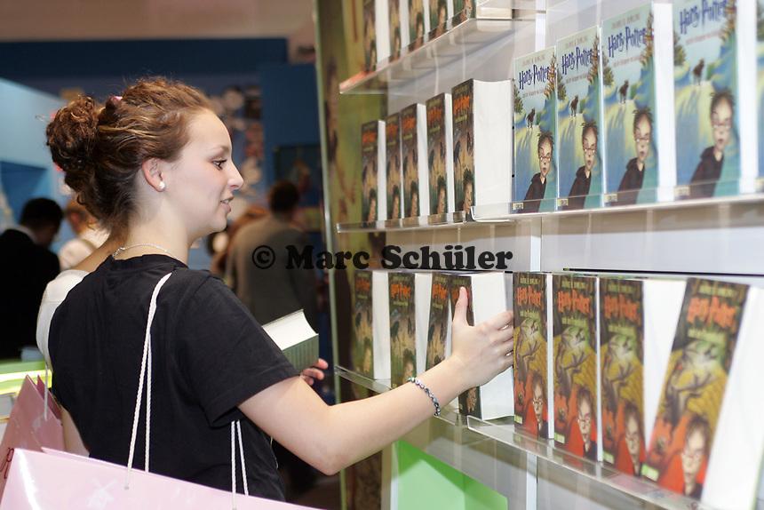 junge Dame auf der Buchmesse mit der neusten Ausgabe von Harry Potter, die am 27.10. erscheint
