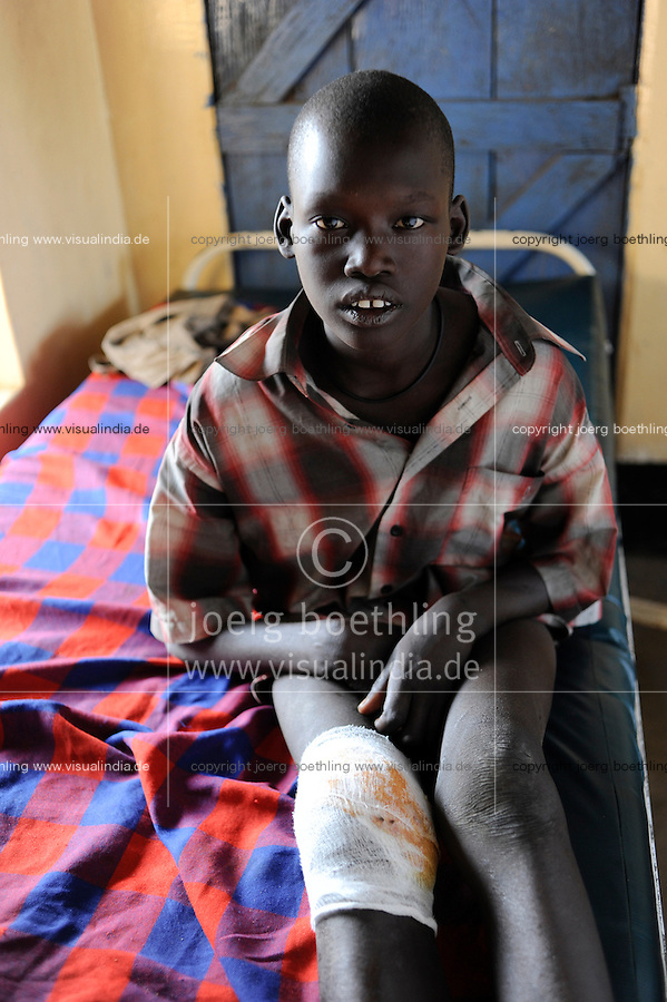 "Afrika Suedsudan Rumbek , Diakonie Gesundheitsstation in Cuibet , Patienten mit Schusswunden, Dinka Junge Dau Abol mit Schusswunden nach clan clashes und cattle raids | .Africa South Sudan Rumbek , health center , Dinka boy with gun shot wounds after cattle raids and clan clashes    .| [ copyright (c) Joerg Boethling / agenda , Veroeffentlichung nur gegen Honorar und Belegexemplar an / publication only with royalties and copy to:  agenda PG   Rothestr. 66   Germany D-22765 Hamburg   ph. ++49 40 391 907 14   e-mail: boethling@agenda-fototext.de   www.agenda-fototext.de   Bank: Hamburger Sparkasse  BLZ 200 505 50  Kto. 1281 120 178   IBAN: DE96 2005 0550 1281 1201 78   BIC: ""HASPDEHH"" ,  WEITERE MOTIVE ZU DIESEM THEMA SIND VORHANDEN!! MORE PICTURES ON THIS SUBJECT AVAILABLE!! ] [#0,26,121#]"