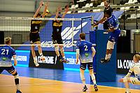 27-03-2021: Volleybal: Amysoft Lycurgus v Draisma Dynamo: Groningen Lycurgus speler Jerome Cross smasht de bal door het Dynamo blok
