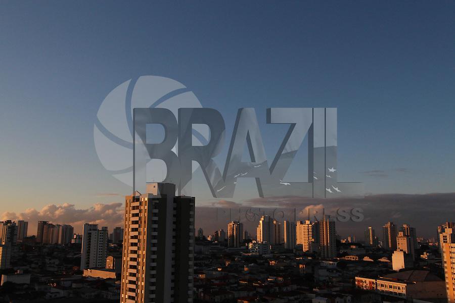 SAO PAULO, SP, 09/04/2013,CLIMA TEMPO. São Paulo amanheceu com céu azul e poucas nuvens  nesta terça-feira (9), foto feita na região da Moóca. LUIZ GUARNIERI/ BRAZIL PHOTO PRESS.