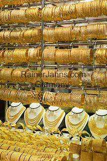 United Arab Emirates, Dubai: Jewellery shop window display in the Gold Souk   Vereinigte Arabische Emirate, Dubai: Juweliergeschaeft im The Gold Souk