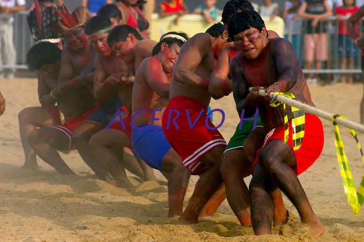 Índios das Etnia Munduruku desputam o cabo de guerra com indios Tembé  durante  l jogos indígenas do Pará que conta com a participação de 14 etnias do estado e mais uma do Tocantins com a participação de 500 atletas.<br /> Tucuruí Pará Brasil.<br /> 18/06/2004<br /> Foto Paulo santos/Interfoto