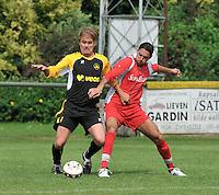 Voorwaarts Zwevezele - SV Moorsele : duel tussen  Nico Devoldere (links) en Hocine Khefif.foto VDB / BART VANDENBROUCKE