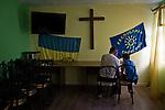 UKRAINE, Mariupol: A young boy is doing his homeworks at the foster home Piligrim with an old man volunteering in the center. <br /> <br /> UKRAINE, Mariupol: Un jeune garçon est en train de faire ses devoirs au foyer d'accueil Piligrim avec un vieil homme bénévole du centre.