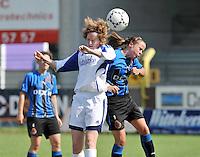 VV Rassing Harelbeke - Dames Club Brugge : kopduel tussen Stephanie Houwen (links) en Nina Vindevoghel.foto VDB / BART VANDENBROUCKE