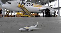 Pressekonferenz und Eröffnungszeremonie der Zusammenarbeit von DHL und Lufthansa Cargo als AeroLogic - Luftfracht Air Cargo Post - mit 8 Boeing 777 (B777F) wird begonnen -  im Bild: kleine ud große Boeing 777 F . Foto: Norman Rembarz..