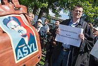 """Unter dem Motto: """"Frau Merkel: Aussitzen ist Beihilfe!"""" protestierten am Samstag den 30.Mai 2015 Rechtsanwaeltinnen und Rechtsanwaelte vor dem Bundeskanzleramt gegen die geplante Vorratsdatenspeicherung.<br /> Die Kundgebung fand anlaesslich des 2. Jahrestages der Enthuellungen von Edward Snowden ueber die weltweiten verfassungswidrigen Massenueberwachung durch Geheimdienste statt. Aufgerufen zu der Kundgebung hatte die parteiunabhaengige Hamburger Initiative """"Rechtsanwaelte gegen Totalueberwachung.<br /> 30.5.2015, Berlin<br /> Copyright: Christian-Ditsch.de<br /> [Inhaltsveraendernde Manipulation des Fotos nur nach ausdruecklicher Genehmigung des Fotografen. Vereinbarungen ueber Abtretung von Persoenlichkeitsrechten/Model Release der abgebildeten Person/Personen liegen nicht vor. NO MODEL RELEASE! Nur fuer Redaktionelle Zwecke. Don't publish without copyright Christian-Ditsch.de, Veroeffentlichung nur mit Fotografennennung, sowie gegen Honorar, MwSt. und Beleg. Konto: I N G - D i B a, IBAN DE58500105175400192269, BIC INGDDEFFXXX, Kontakt: post@christian-ditsch.de<br /> Bei der Bearbeitung der Dateiinformationen darf die Urheberkennzeichnung in den EXIF- und  IPTC-Daten nicht entfernt werden, diese sind in digitalen Medien nach §95c UrhG rechtlich geschuetzt. Der Urhebervermerk wird gemaess §13 UrhG verlangt.]"""