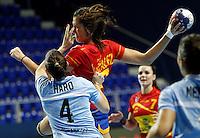 SERBIA, ZRENJANIN: Spainís Elisabeth Chavez (C) vies with Argentina's Lucia Haro (L) during their Women's Handball World Championship 2013 match Spain vs Argentina on December 10, 2013 in Zrenjanin.  AFP PHOTO / PEDJA MILOSAVLJEVIC