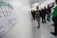 """Am Freitag den 10. Juli 2015 wurde der erste von zwei Containerunterkuenften fuer Fluechtlinge aus dem Buergerkrieg in Syrien im Berliner Bezirk Marzahn-Hellersdorf bei einem """"Tag der offenen Tuer"""" der Presse vorgefuehrt.<br /> Gegen die Errichtung der zwei Containerunterkuenfte haben mehrere Monate Anwohner sowie Nazis und Hooligans aus Berlin und Brandenburg protestiert. Zum Schutz der Containerunterkuenfte vor rassistischen Protesten waren Mitarbeiter einer Securityfirma und eine Hunderschaft der Polizei vor Ort.<br /> Im Bild:  Ein Flucht- und Evakuierungsplan in dem fertiggestellten Containerhaus.<br /> 10.7.2015, Berlin<br /> Copyright: Christian-Ditsch.de<br /> [Inhaltsveraendernde Manipulation des Fotos nur nach ausdruecklicher Genehmigung des Fotografen. Vereinbarungen ueber Abtretung von Persoenlichkeitsrechten/Model Release der abgebildeten Person/Personen liegen nicht vor. NO MODEL RELEASE! Nur fuer Redaktionelle Zwecke. Don't publish without copyright Christian-Ditsch.de, Veroeffentlichung nur mit Fotografennennung, sowie gegen Honorar, MwSt. und Beleg. Konto: I N G - D i B a, IBAN DE58500105175400192269, BIC INGDDEFFXXX, Kontakt: post@christian-ditsch.de<br /> Bei der Bearbeitung der Dateiinformationen darf die Urheberkennzeichnung in den EXIF- und  IPTC-Daten nicht entfernt werden, diese sind in digitalen Medien nach §95c UrhG rechtlich geschuetzt. Der Urhebervermerk wird gemaess §13 UrhG verlangt.]"""