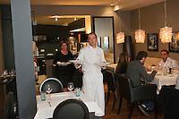 Europe/France/Bretagne/56/Morbihan/Lorient: Restaurant: Henri & Joseph, Philippe et Fabienne Le Lay passant de la cuisine à la salle, [Non destiné à un usage publicitaire - Not intended for an advertising use]