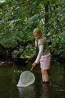 Mädchen, Kind mit Kescher in einem Bach, Keschern