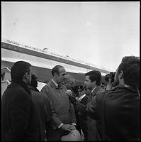 Aéroport de Toulouse-Blagnac. 29 Novembre 1969. Vue de Monsieur Giscard d'Estaing et d'André Turcat face à la presse en bas du Concorde.