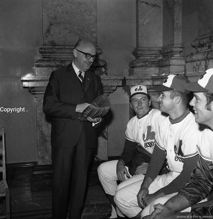 Le maire Jean Drapeau en compagnie des joueurs John Strohmayer, Dan McGuinn et Steve Renko, 7 avril 1970,