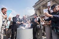 """Kundgebung der rechtspopulistischen Partei """"Alternative fuer Deutschland"""" (AfD) gegen Griechenland-Hilfspaket.<br /> Am Mittwoch den 19. August 2015 protestierte die rechte AfD vor dem Brandenburger Tor mit der symbolischen Verbrennung von Geld gegen das geplante dritte Hilfspaket fuer Griechenland.<br /> Verschiedene Redner sprachen sich dafuer aus, dass Griechenland """"aus dem Euro ausgeschlossen"""" werden soll.<br /> Im Bild: Kundgebungsteilnehmer verbrennen Geld in einer Feuetonne.<br /> 19.8.2015, Berlin<br /> Copyright: Christian-Ditsch.de<br /> [Inhaltsveraendernde Manipulation des Fotos nur nach ausdruecklicher Genehmigung des Fotografen. Vereinbarungen ueber Abtretung von Persoenlichkeitsrechten/Model Release der abgebildeten Person/Personen liegen nicht vor. NO MODEL RELEASE! Nur fuer Redaktionelle Zwecke. Don't publish without copyright Christian-Ditsch.de, Veroeffentlichung nur mit Fotografennennung, sowie gegen Honorar, MwSt. und Beleg. Konto: I N G - D i B a, IBAN DE58500105175400192269, BIC INGDDEFFXXX, Kontakt: post@christian-ditsch.de<br /> Bei der Bearbeitung der Dateiinformationen darf die Urheberkennzeichnung in den EXIF- und  IPTC-Daten nicht entfernt werden, diese sind in digitalen Medien nach §95c UrhG rechtlich geschuetzt. Der Urhebervermerk wird gemaess §13 UrhG verlangt.]"""