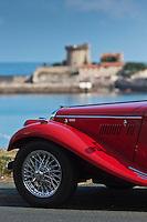 Europe/France/Aquitaine/64/Pyrénées-Atlantiques/Pays-Basque/Ciboure: Voiture de collection: Morgan, sur la route des vacances devant le Fort de Socoa, construit sous Louis XIII et remanié par Vauban.