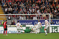 Torwart Markus Pröll (Eintracht Frankfurt) hält den Schuss von Stefan Kießling (Bayer Leverkusen)
