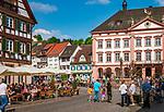 Deutschland, Baden-Wuerttemberg, Schwarzwald, Gengenbach im Ortenaukreis: Stadtzentrum mit Eiscafe und Rathaus | Germany, Baden-Wurttemberg, Black Forest, Gengenbach: centre with cafe and townhall