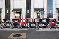 NEW YORK, NY, 19.03.2017 - TURISMO-NEW YORK  - Bicicletas que transportam turistas são vistas na Quinta Avenida em Manhattan na cidade de New York neste domingo, 19.(Foto: Vanessa Carvalho/Brazil Photo Press)