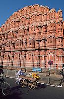 Indien, Jaipur (Rajasthan), Hawa Mahal (Palast der Winde) Der Palast der Winde besteht nur aus einer Fassade
