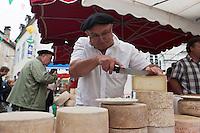 Europe/France/Aquitaine/64/Pyrénées-Atlantiques/Pays-Basque/Tardets-Sorholus: Lors de la traditionnelle foire au fromage Ossau-Iraty [Non destiné à un usage publicitaire - Not intended for an advertising use]