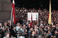 LETTLAND, 23.08.1991.Riga.Zwei Tage nach dem Scheitern des Anti-Gorbatschow-Putsches und der Ausrufung der Unabhaengigkeit versammeln sich die Menschen am zentralen Freiheitsdenkmal. Es ist der Jahrestag des Hitler-Stalin-Paktes von 1939, der das Baltikum der Sowjetunion auslieferte. Am Mikrofon Politiker Janis Dinevics..Two days after the collapse of the anti-Gorbachev-coup and the decleration of indepence, people gather around the central liberty monument. It is the anniversary day of the Ribbentrop-Molotov-pact from 1939, which delivered the Baltic countries to the Soviet Union. Politician Janis Dinevics speaking..© Martin Fejer/EST&OST