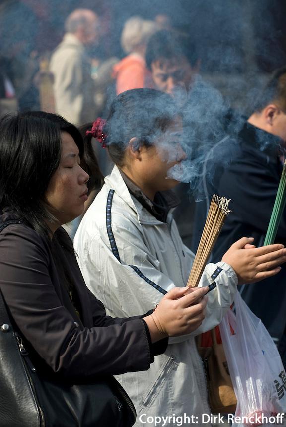 China, Peking (Beijing), Lama-Tempel (Yonghe Gong), Verbrennen von Räucherstäbchen vor der ersten Halle Lokapala