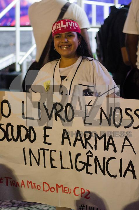 RIO DE JANEIRO, RJ - 10-05-2019 - PROTESTO-RJ - Ato público em defesa da educação que aconteceu na noite desta sexta-feira na Cinelândia, região central do Rio de Janeiro (10) (Foto: Vanessa Ataliba/Brazil Photo Press)