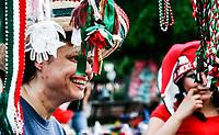 Mujer sonríe al ver como se le ve un sombrero tricolor de los llamados de Charro, durante el mes se Septiembre.<br /> Dia del grito., Mes patrio. Tri color.