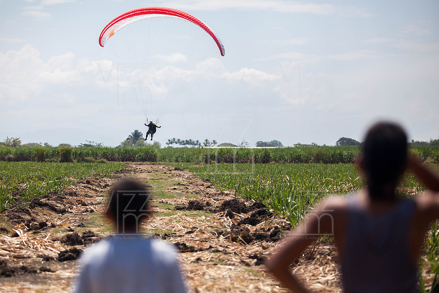 ROLDANILLO-COLOMBIA- Un piloto aterriza en un cultivo de caña hoy sabado 26 de enero en Roldanillo Valle del Cauca, durante el último día de la Superfinal del Paragliding World Cup 2013  competencia que se desarrolla por primera vez en Colombia. En la SPWC participan los 140 mejores pilotos del mundo provenientes de 32 paises./ A pilot landed  today during the last day of the Paragliding World Cup 2013. In the SPWC involved more than a hundred athletes from 32 countries. Photo: VizzorImage / Federico Rios / Cont..