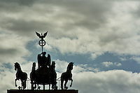 BERLINO / GERMANIA - 2004.Sulla porta di Brandeburgo si erge la Quadriga, imponente scultura (1793) di Johann Gottfried Schadow che raffigura la Vittoria alata a bordo di una biga trainata da 4 cavalli..FOTO LIVIO SENIGALLIESI..BERLIN / GERMANY - 2004.On the top of Brandeburg Tower there is a copper statue of about 5 meters high, the Quadriga, founded by Johann Gottfried Schadow, who represents the goddess of victory riding a chariot drawn by four horses..PHOTO BY LIVIO SENIGALLIESI