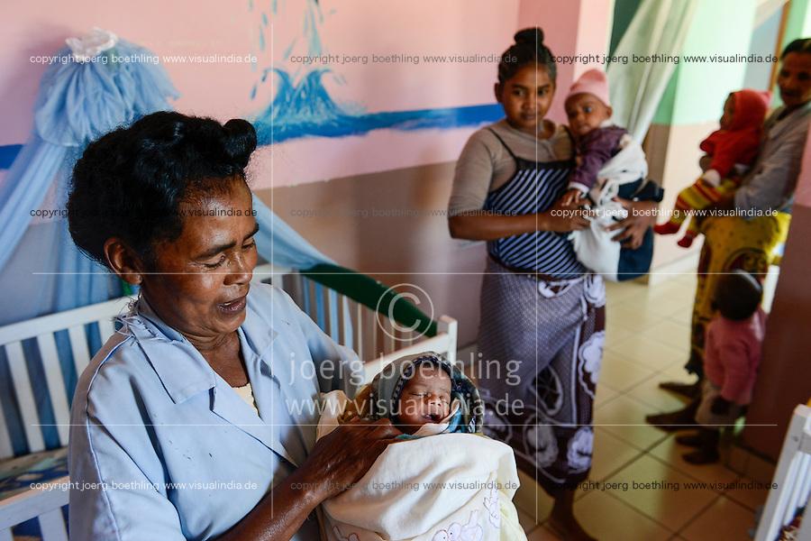 MADAGASCAR, Mananjary, tribe ANTAMBAHOAKA, fady, according to the rules of their ancestors twin children are a taboo and not accepted in the society, the orphanage CATJA Center takes care for abandoned twins and arrange adoptions / MADAGASKAR, Zwillinge sind ein Fady oder Tabu beim Stamm der ANTAMBAHOAKA in der Region Mananjary, Waisenhaus CATJA Center, betreut Zwillingskinder die ausgesetzt oder von ihren Eltern abgegeben wurden und vermittelt Adoptionen