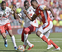 BOGOTÁ -COLOMBIA, 12-09-2015. Miguel Borja (Der) jugador de Independiente Santa Fe disputa el balón con Jesus Murillo (Izq) jugador de Patriotas FC durante partido por la fecha 12 de la Liga Aguila II 2015 jugado en el estadio Nemesio Camacho El Campín de la ciudad de Bogotá./ Miguel Borja (R) player of Independiente Santa Fe fights for the ball with Jesus Murillo (L) player of Patriotas FC during the match for the 12th date of the Aguila League II 2015 played at Nemesio Camacho El Campin stadium in Bogotá city. Photo: VizzorImage/ Gabriel Aponte / Staff